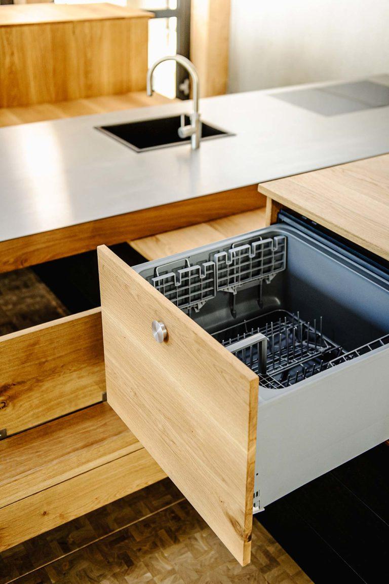 TechnotransMotion Ausfahrbarer Scherenhub verbaut in Küchenzeile (Foto © Oliver Vogel)